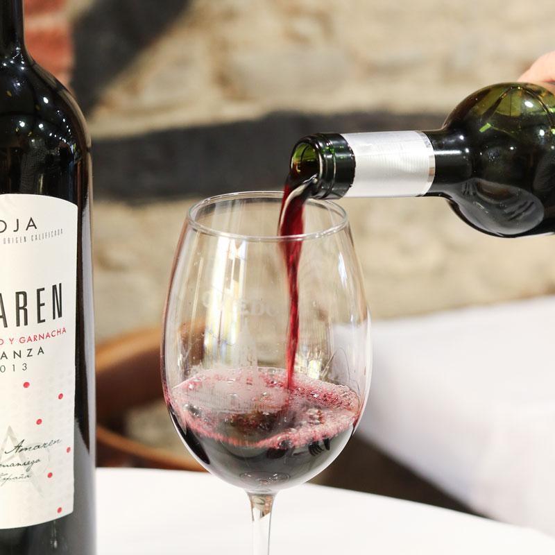 Botella y copa de vino tinto