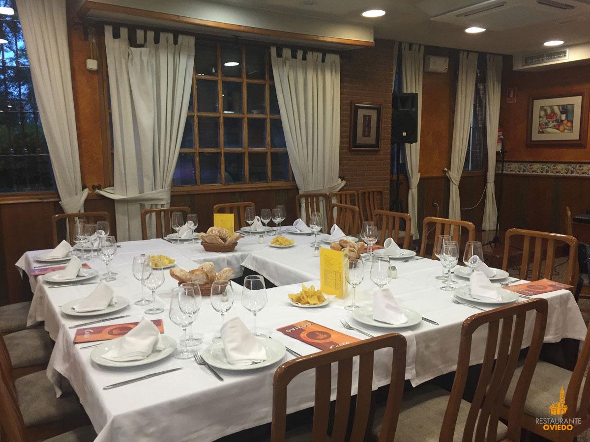 Mesa vestida en el interior del Restaurante Oviedo